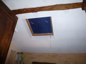 [:fr]Fenêtre de toiture Velux confort GGl 114x118 avec store d'occultation ciel étoilé[:en]Skylight 'Velux confort GGL' 114x118 with star pattern roller blind[:]