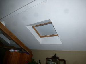 [:fr]Fenetre de toiture velux confort GGL 138x98 avec store d'occultation[:en]Skylight 'Velux confort GGL' 138x98 with roller blind[:]