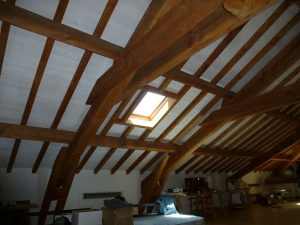 [:fr]Fenêtre de toiture Velux confort GGL 78x98 sur charpente traditionnelle avec isolation starking[:en]Skylight 'Velux confort GGL' 78x98 in traditional timber roof with 'Starking' insulation[:]