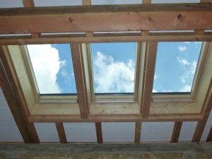 [:fr]Fenêtre de toiture Velux GGL confort 78x118 pose en combinaison horizontale trio[:en]Skylight 'Velux GGL confort' 78x118 in triple installation[:]